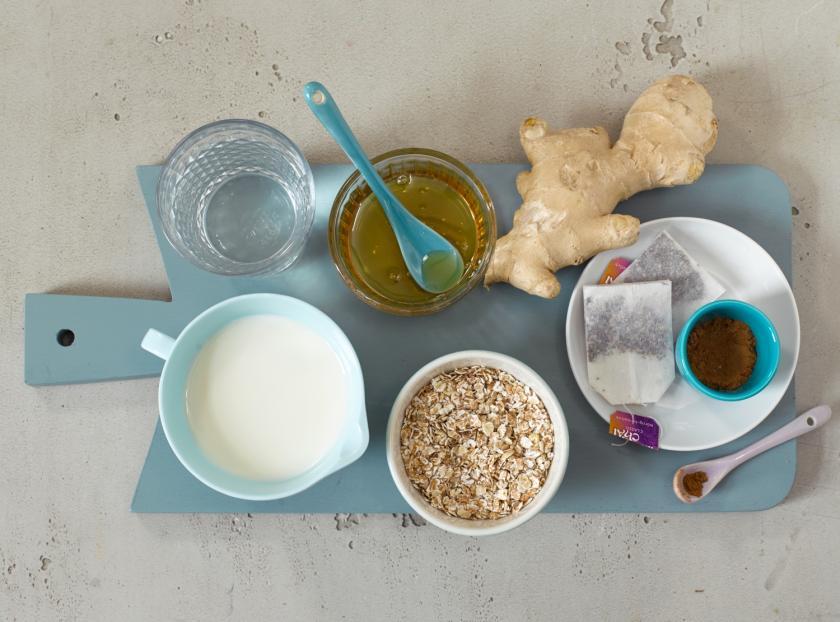 Zutaten von Chai-Smoothie in Schälchen abgefüllt und aufgereiht.