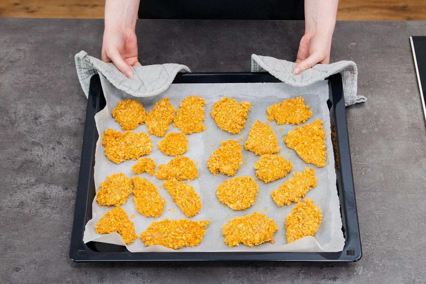 Chicken Nuggets auf einem Backblech.