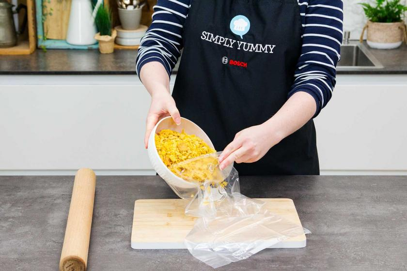 Für die Chicken Nuggets werden Cornflakes in einen Gefrierbeutel gefüllt.