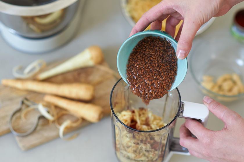Für das Cracker Rezept werden Leinsamen in einen Mixer gegeben.