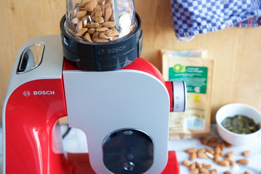 Mandeln für das Dinkelmüsli werden in einer Küchenmaschine gehackt.