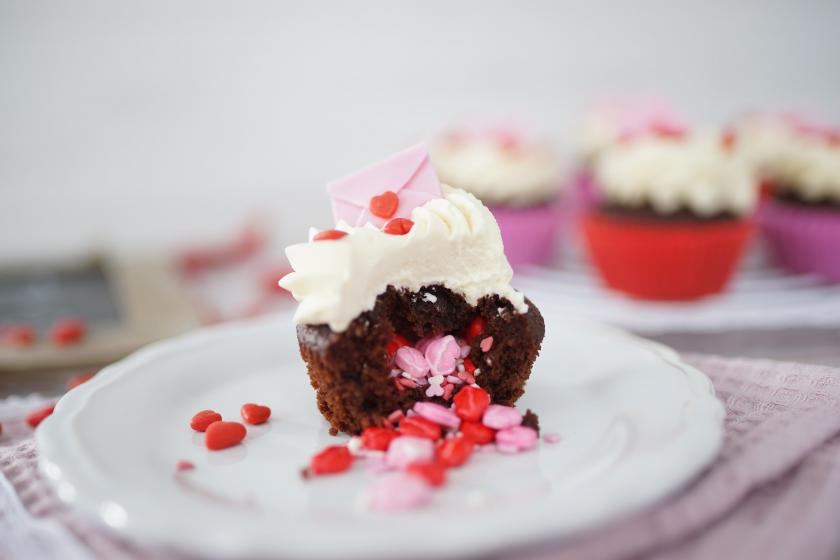 Surprise Inside Cupcakes Fur Valentinstag Simply Yummy