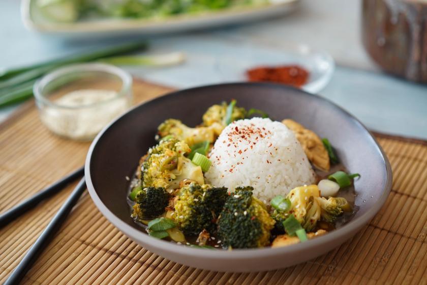 Brokkoli mit Hähnchen in der Pfanne gegart und Jasminreis