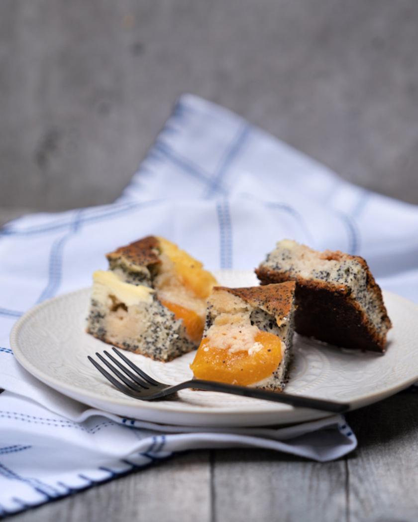 Drei Stücke Aprikosen-Quark-Kuchen auf einem Teller.