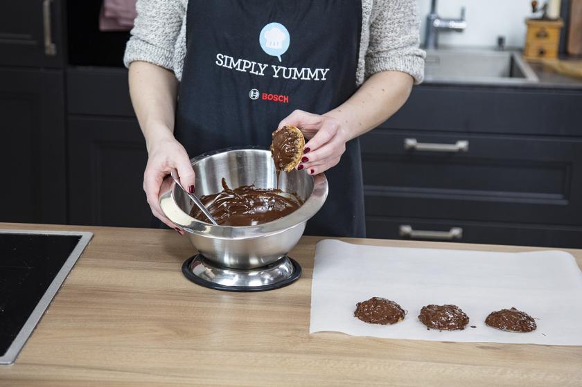 Elisenlebkuchen werden in Schokolade getunkt.