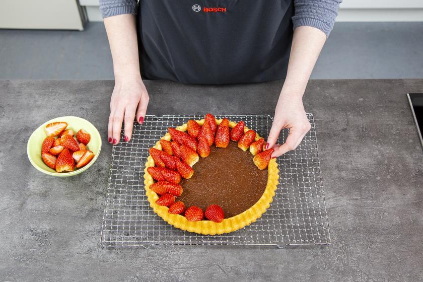 Erdbeeren werden kreisförmig auf den Erdbeerboden gelegt.