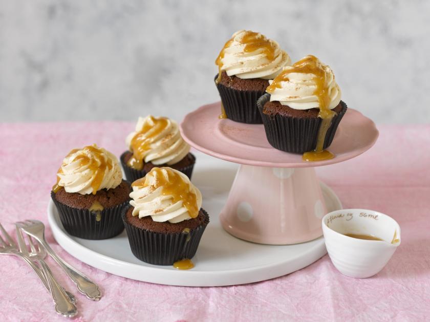 Espresso-Cupcakes mit Karamell auf Etagere