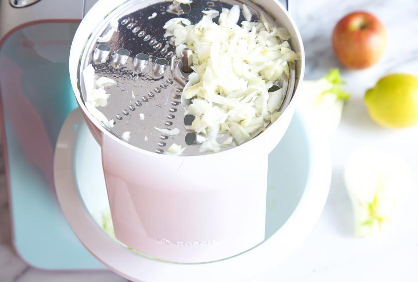 Für den Fenchelsalat mit Apfel werden Fenchel und Apfel in einer Küchenmaschine gerieben.