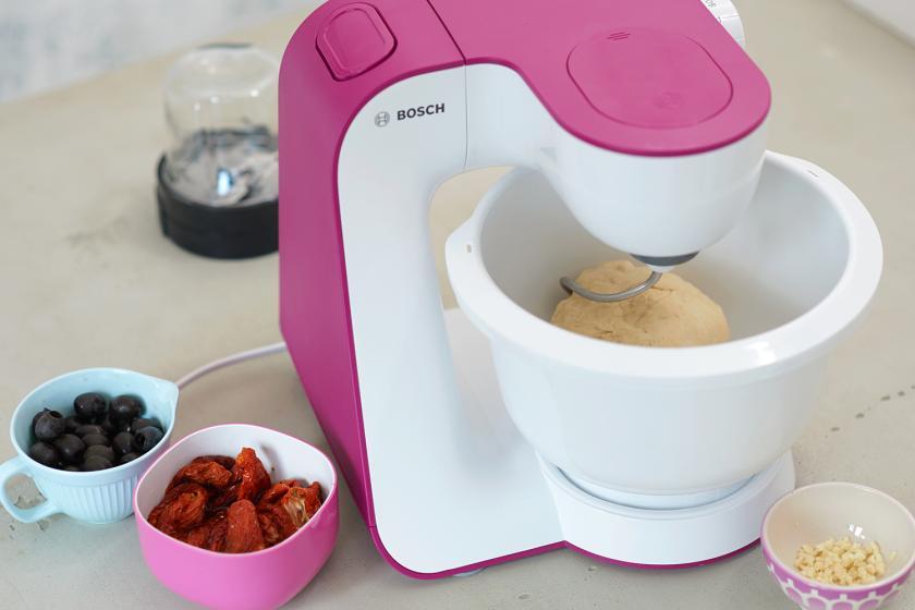 Für Flammkuchen mediterran wird Teig in einer Küchenmaschine geknetet.