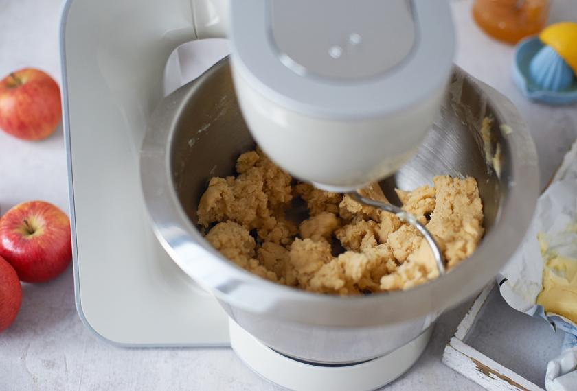 Der Teig für französischer Apfelkuchen wird in einer Küchenmaschine geknetet.