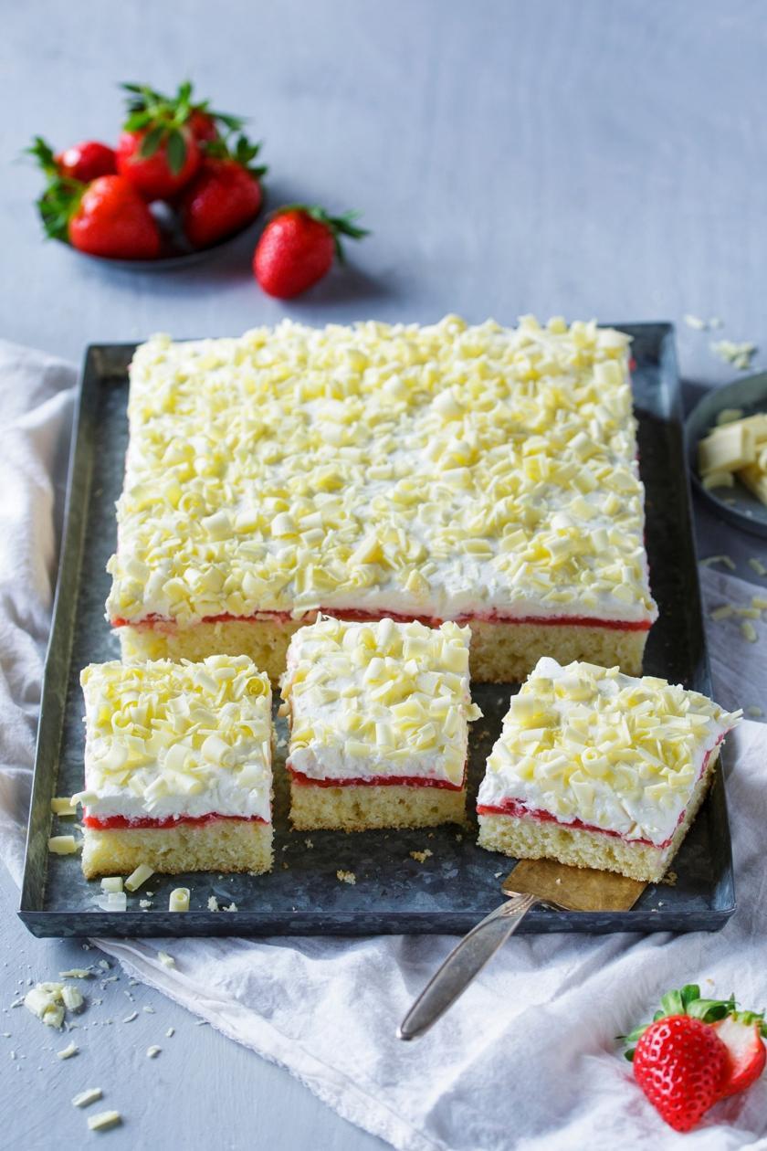 Frau Holle Kuchen auf einem Blech in Stücke geschnitten.