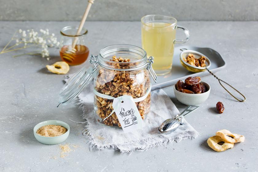 Früchte-Tee selber machen in einem Glas mit Etikett.