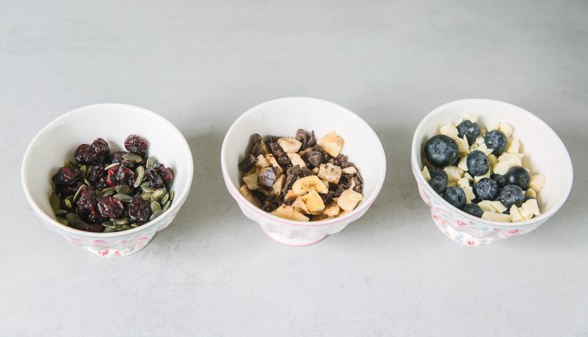 Drei Schälchen mit verschiedenen Zutaten für die Frühstücksmuffins.
