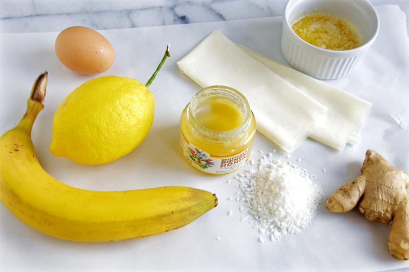 Die Zutaten für gebackene Bananen auf einem Tisch.