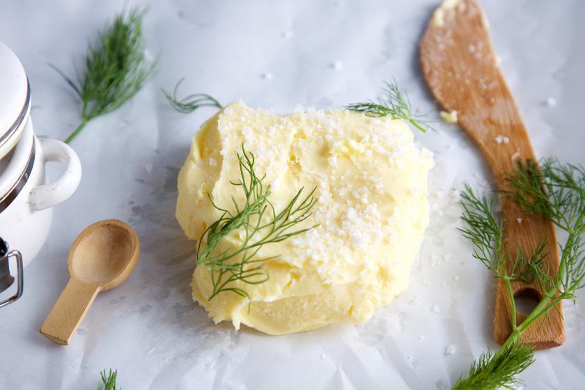 Ein Klecks gesalzene Butter mit grobem Meersalz und Dill.