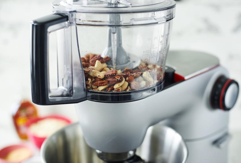 Nüsse für das Granola mit Nüssen werden in einer Küchenmaschine gehackt.