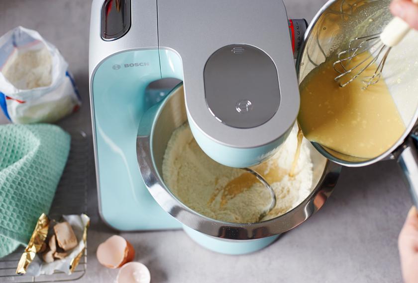 Für den Hefezopf mit Marzipan wird eine Hefemischung wird zu trockenen Zutaten in einer Küchenmaschine geschüttet.
