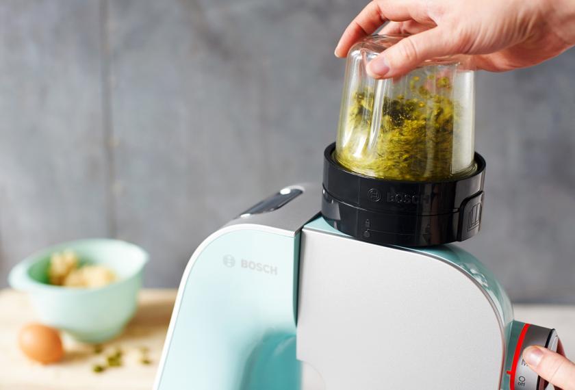 Für den Hefezopf mit Marzipan werden Pistazien für die Füllung in einer Küchenmaschine gemahlen.