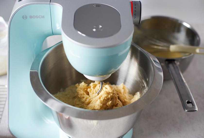 Der Teig für den Hefezopf mit Marzipan wird mit einer Küchenmaschine verknetet.