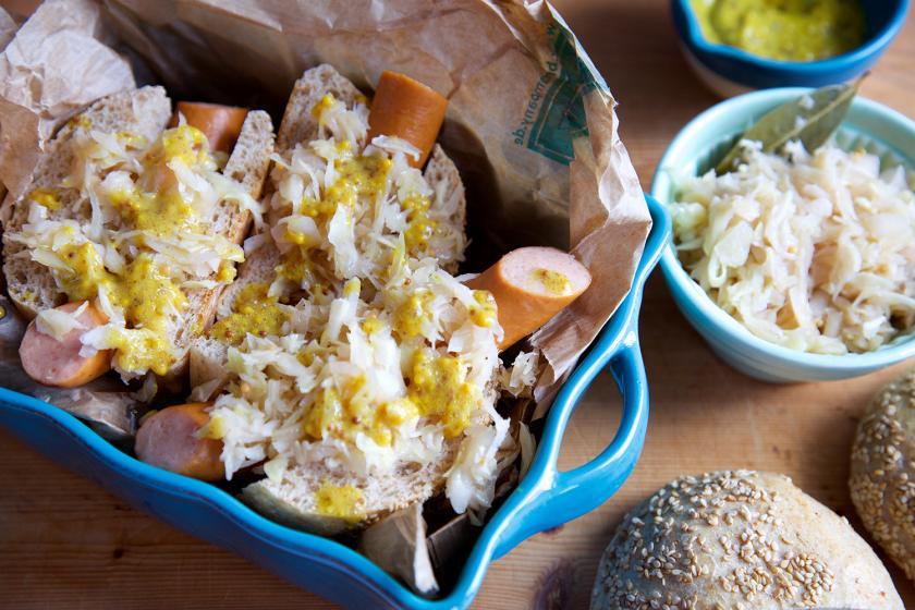 Hot Dogs mit Sauerkraut in einer Schale ngerichtet.