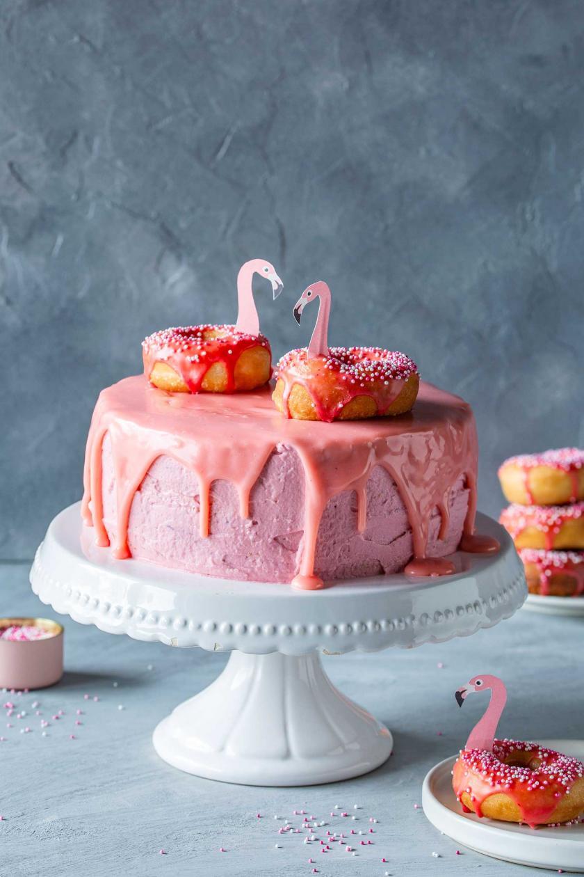 Flamingo-Torte mit Flamingos auf einer Tortenplatte.