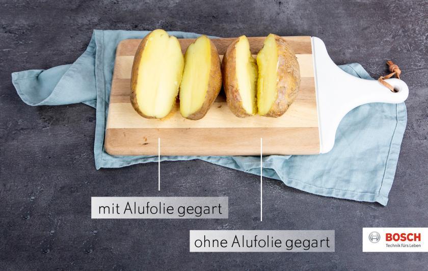 Zwei Kumpir im Vergleich: links mit Alufolie gebacken, rechts ohne Alufolie.