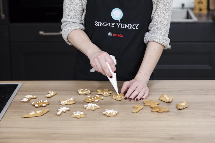 Lebkuchen werden mit Zuckerguss verziert.