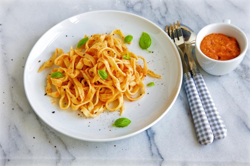 Selbstgemachte Pasta nach dem Linguine Rezept sind auf einem Teller angerichtet.
