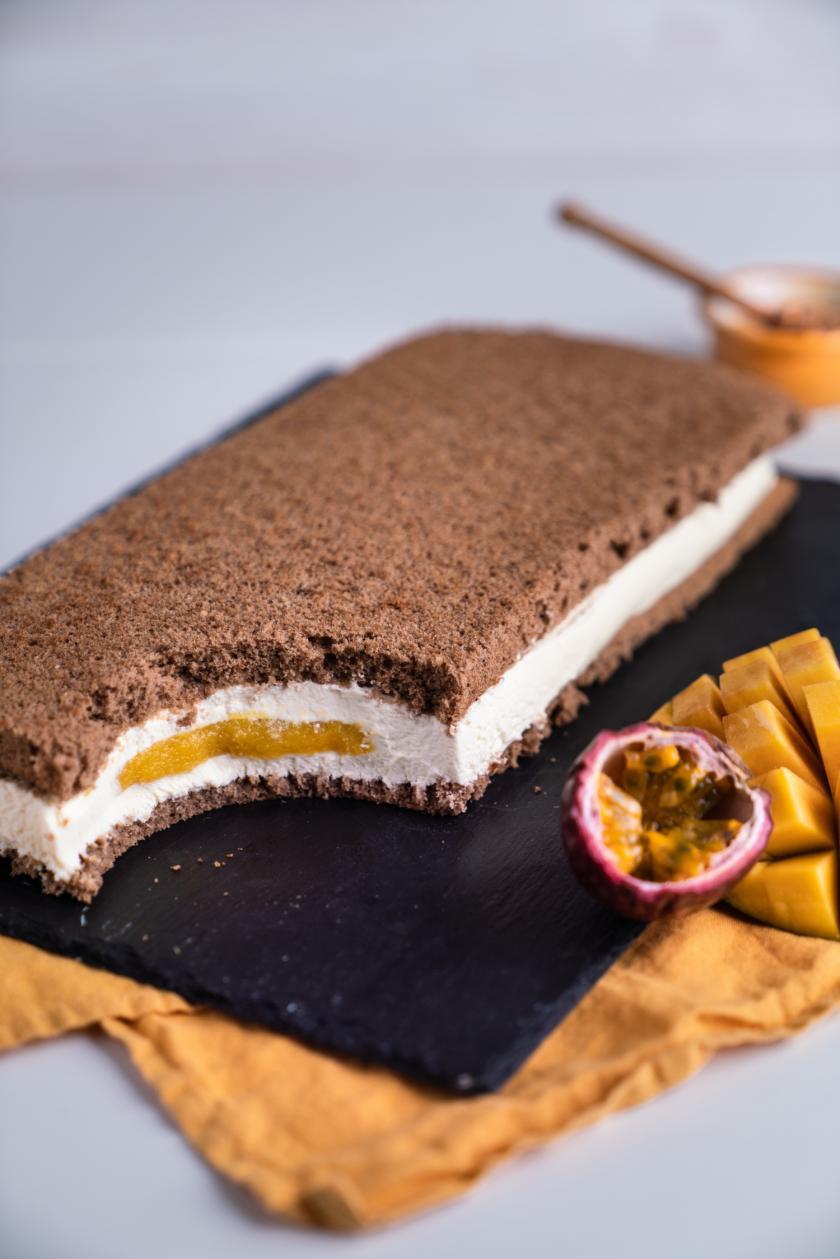 Angeschnittene Mango-Joghurt-Schnitte auf Schieferplatte.
