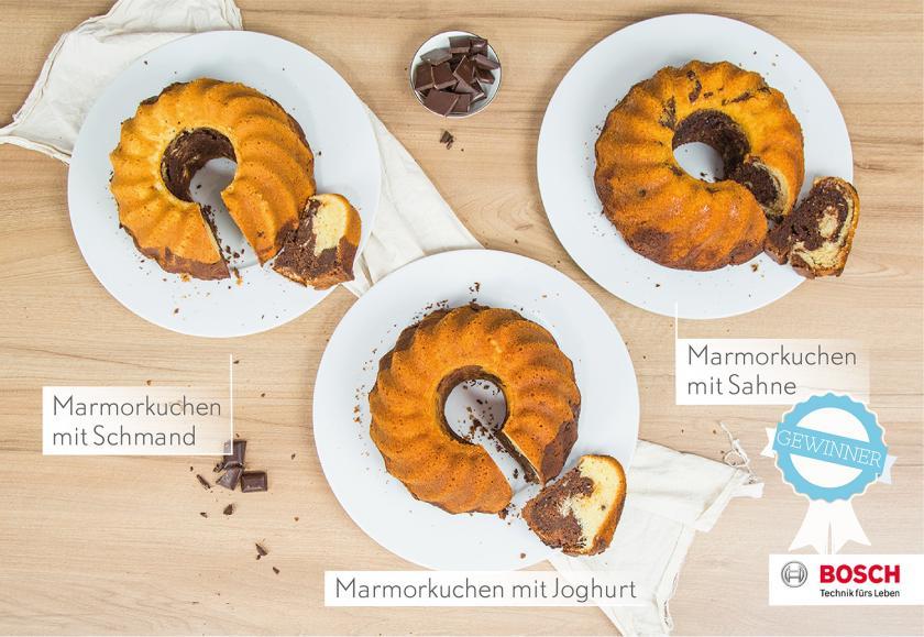 Drei Marmorkuchen saftig dank Sahne, Schmand und Joghurt auf Tellern angerichtet.