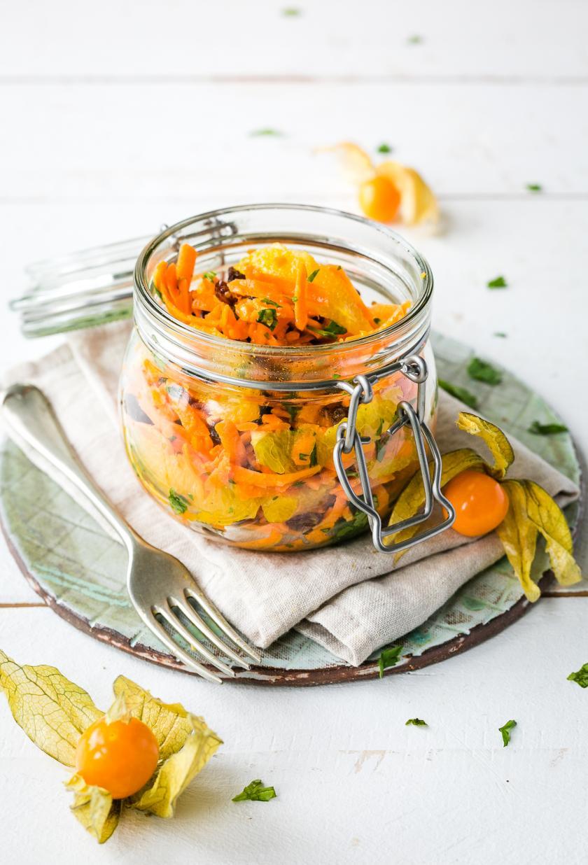 Marokkanischer Karottensalat in einem Glas angerichtet.