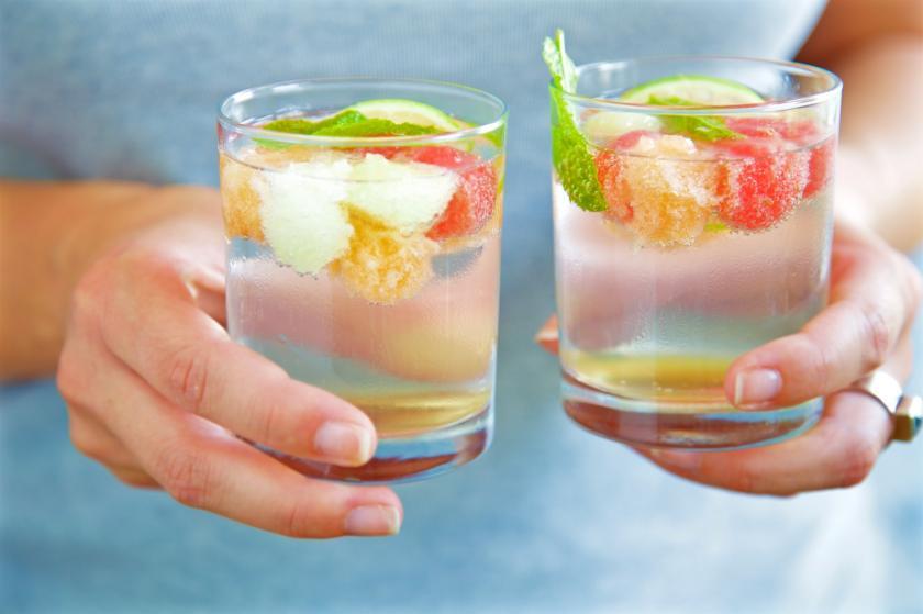 Melonenbowle in Gläsern von zwei Händen gehalten
