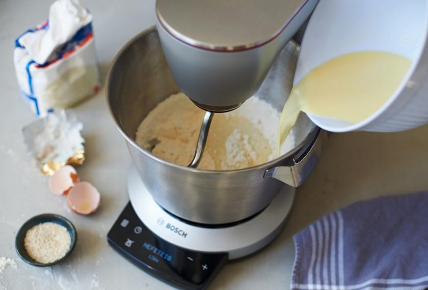 Hefeteig für Milchbrötchen wird geknetet.