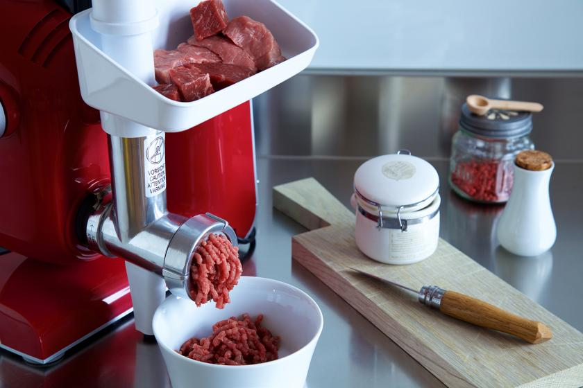 Das Fleisch für die Mini-Lammburger wird in einem Fleischwolf zerkleinert.