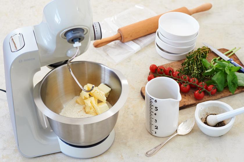 Für den Boden der Mini-Quiche werden die Zutaten in einer Küchenmaschine geknetet.