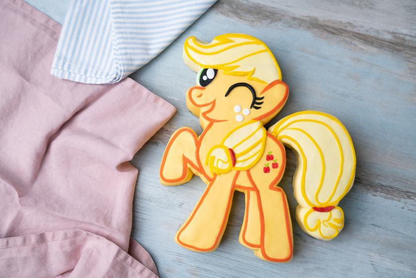 Eine Torte in Form eines Ponys auf grauem Untergund
