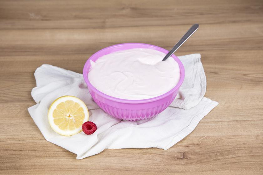 Quarkcreme in einer rosafarbenen Schüssel für den Naked Cake.
