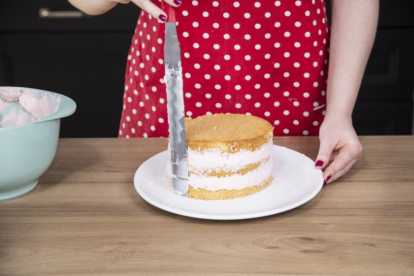 Törtenböden des Nakes Cake werden mit Creme eingestrichen.