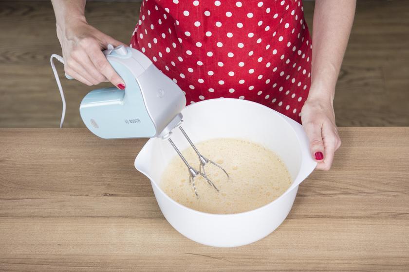 Teig für den Naked Cake wird mit einem Handmixer verrührt.
