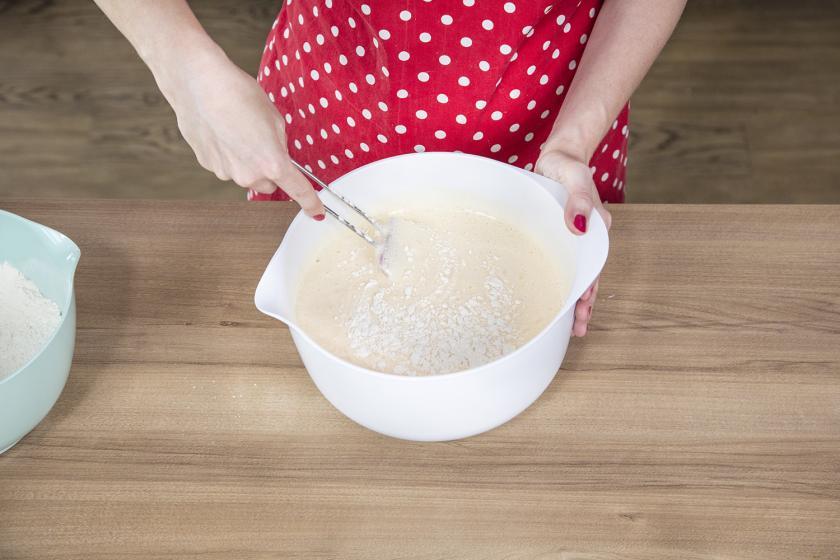 Mehlmischung wird unter den Teig für den Naked Cake gemischt.