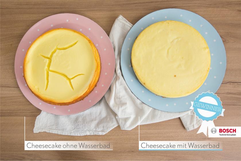 Zwei New York Cheesecakes auf je zwei Tellern. Die Oberfläche des rechten Kuchen ist eingerissen.