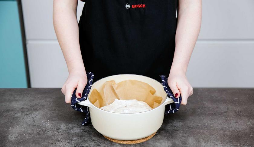 No Knead Bread wird in einen Topf zum Backen gelegt.