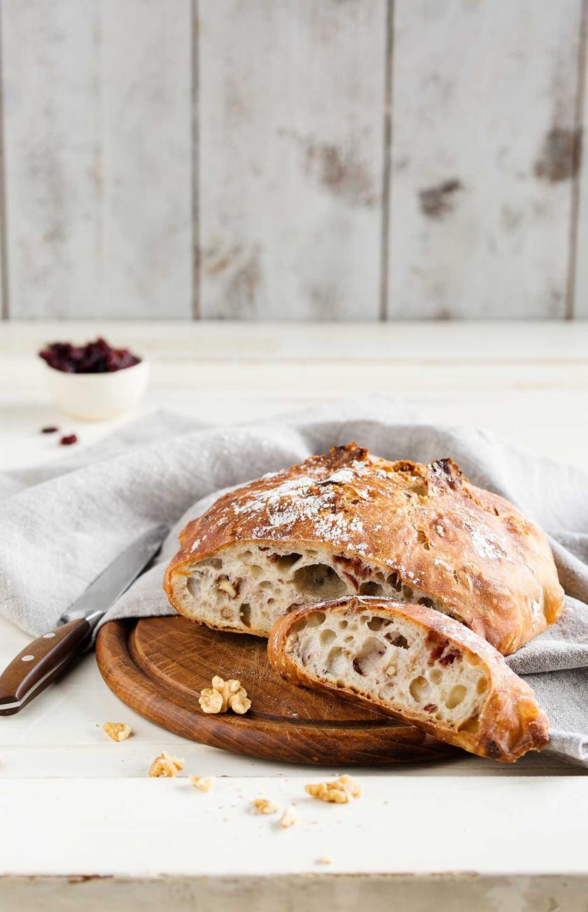 No Knead Bread aufgeschnitten auf einem Holzbrett.