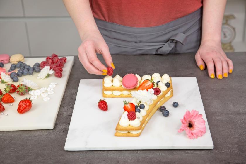 Der Number Cake wird mit Beeren verziert.