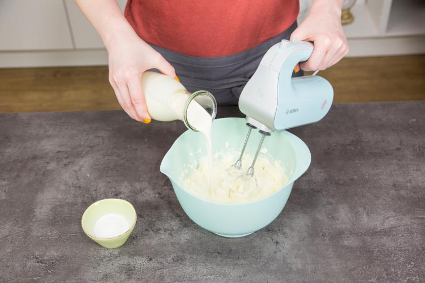 Die Creme für den Number Cake wird mit einem Mixer steif geschlagen.