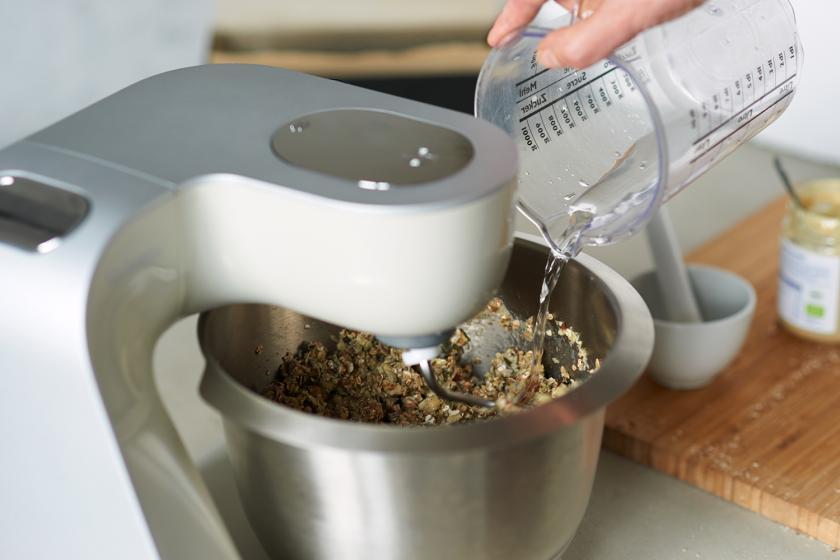 Zutaten für das Brot ohne Mehl werden in einer Küchenmaschine gerührt.