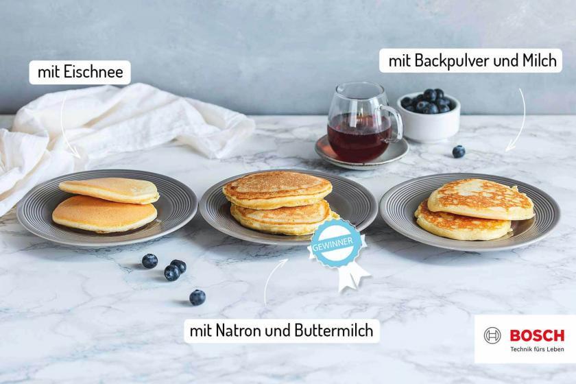 Drei fluffige Pancakes im Vergleich auf Tellern.