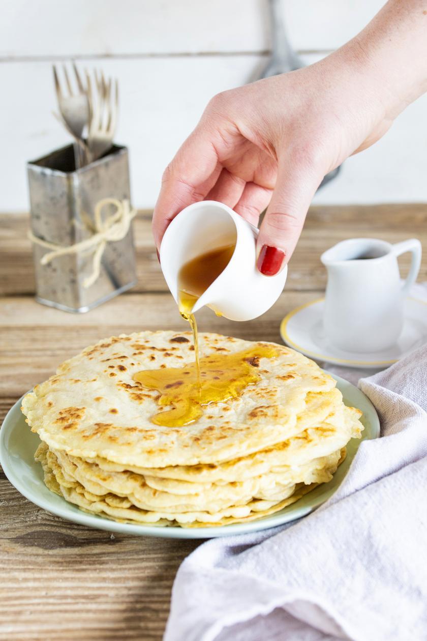 Pfannkuchen vegan zubereitet liegen auf einem Teller mit einer Gabel.