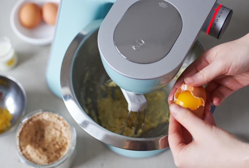 Der Teig für die Pflaumen-Muffins wird in einer Küchenmaschine gerührt.