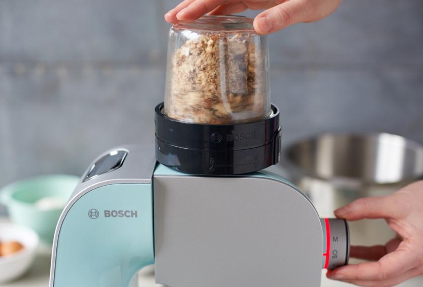 Für die Pflaumen-Muffins werden Haselnüsse in einer Küchenmaschine gemahlen.
